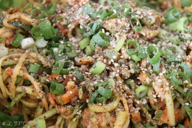 Salade van Courgettenoedels |De Groene Keuken