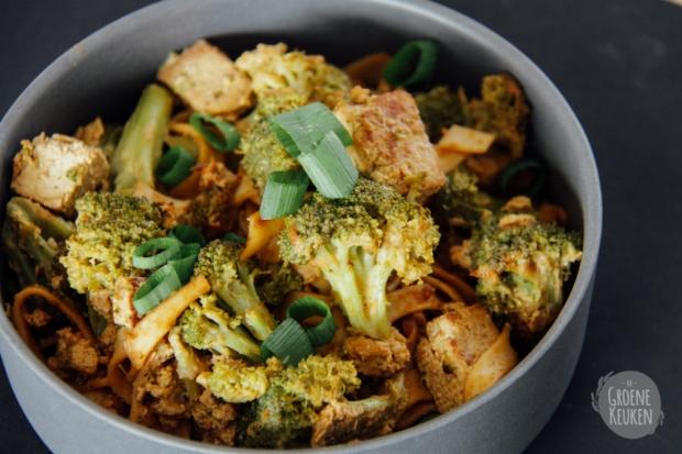 Roerbakschotel van tofu, pinda en noedels uit Kitchen Classics Vegetarische Gerechten |De Groene Keuken