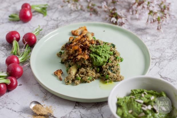 Risotto van quinoa met radijzenbladpesto en bloemkoolchips | De Groene Keuken