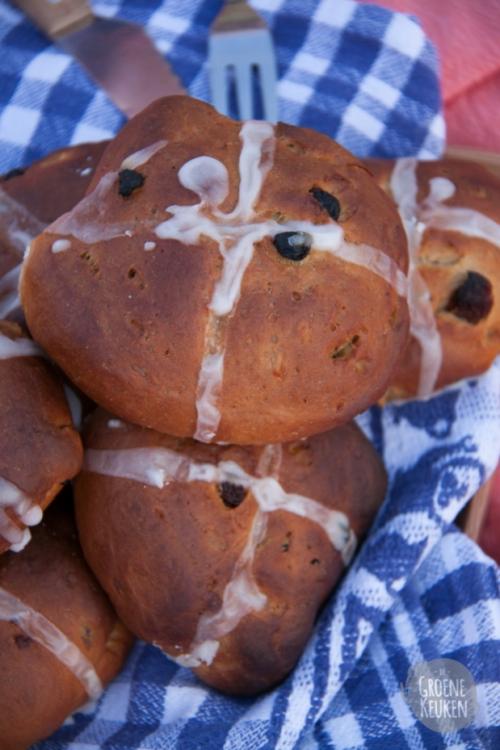 Recept: Hot Cross Buns / Engelse rozijnenbroodjes |De Groene Keuken
